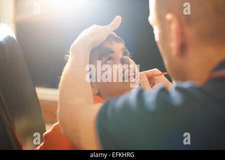 Vater Malerei Söhne Lippen für halloween - Stockfoto