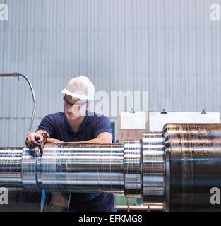 Arbeit an der Drehbank in engineering Fabrik Lehrling - Stockfoto