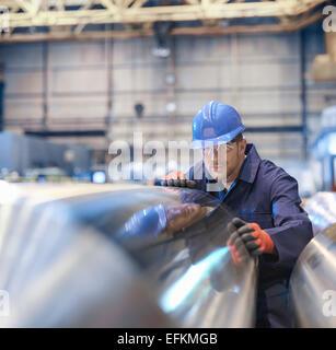 Ingenieur-Inspektion beendet Stahlwalze in engineering Fabrik - Stockfoto