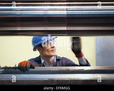 Ingenieur-Inspektion gedrehten Stahl in engineering Fabrik - Stockfoto