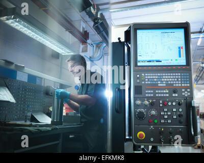Reflexion der Engineer bei CNC-Arbeitsplatz in der Fabrik - Stockfoto
