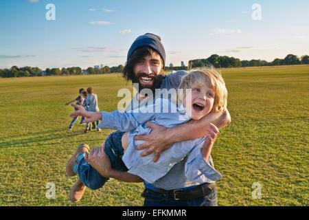 Mitte erwachsenen Mann mit Sohn im Feld - Stockfoto