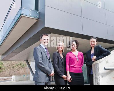 Porträt von Geschäftsmann und drei Unternehmerinnen vor Bürogebäude - Stockfoto