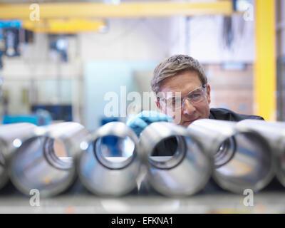 Ingenieur-Inspektion Stahlteile in Fabrik - Stockfoto