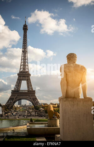 Blick auf Skulptur vor Eiffelturm, Paris, Frankreich - Stockfoto
