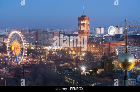 Panoramablick vom Kuppeldach, Rote Rathaus, Rotes Rathaus, Weihnachtsmarkt, Berlin, Deutschland - Stockfoto