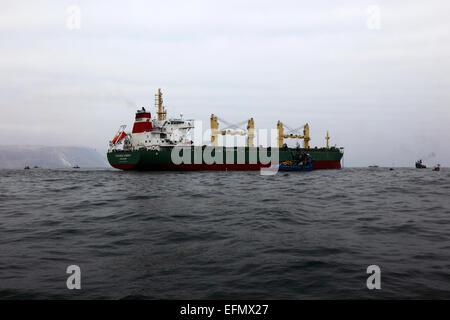 Strategischen Synergie-Bulk-Carrier (gekennzeichnet durch Singapur) vor Anker Weg von Arica, Chile - Stockfoto