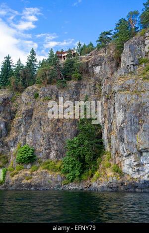 Quadra Island, Haus auf der Klippe, Britisch-Kolumbien, Kanada, Nordamerika - Stockfoto