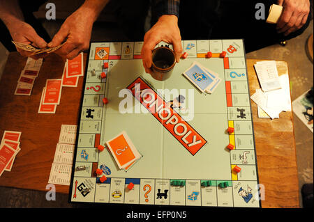 Familie spielen Monopoly zu Weihnachten in North Yorkshire, Großbritannien - Stockfoto