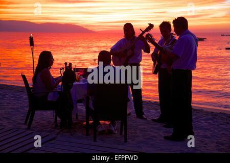 Abendessen am Strand im Zentrum von bei Sonnenuntergang, Puerto Vallarta, Jalisco, Mexiko, Nordamerika - Stockfoto