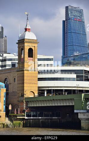 Blackfriars Station mit dem Leadenhall Bau (auch bei The Käsereibe bekannt) im Hintergrund, London, England, UK - Stockfoto