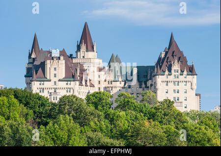 Blick über Chateau Laurier von Nepean Point, Ottawa, Ontario, Kanada, Nordamerika - Stockfoto
