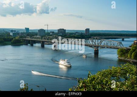 Blick über den Ottawa River und der Alexander-Brücke, Ottawa, Ontario, Kanada, Nordamerika - Stockfoto