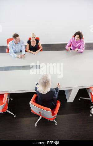 Kolleginnen und Kollegen treffen - Stockfoto