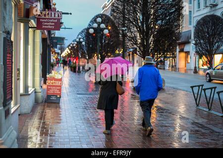Passanten Innenstadt am regnerischen Nacht-Victoria, British Columbia, Kanada. - Stockfoto