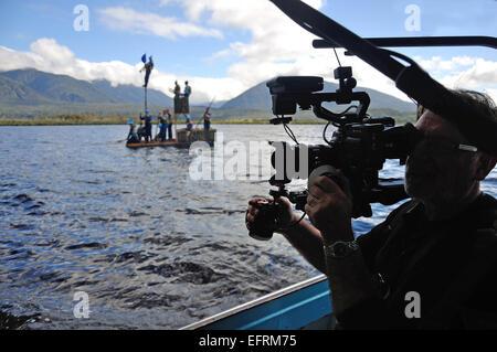 Silhouette eines Kameramanns Dreharbeiten Menschen am See - Stockfoto
