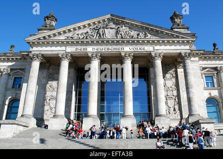 Touristen vor dem Reichstagsgebäude in Berlin - Sitz des Deutschen Bundestages. - Stockfoto