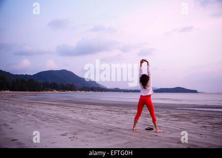 Frau Ausübung am Klong Dao Beach, Ko Lanta, Thailand (Koh). - Stockfoto