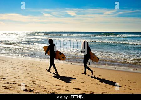 Paar von Surfern zu Fuß am Strand Ozeans.  Sagres, Algarve, Portugal - Stockfoto
