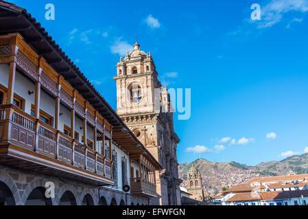 Kolonialen Balkonen und zwei Kirchen auf der Plaza de Armas in Cusco, Peru - Stockfoto