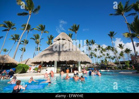 Dominikanische Republik. Ein Hotel-Swimmingpool mit Swim-Up-Bar. 2015. - Stockfoto