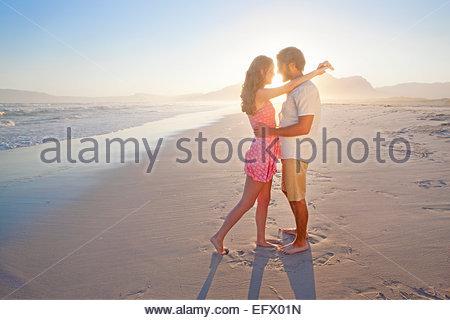Romantisches Paar, umarmen, küssen, am sonnigen Strand - Stockfoto