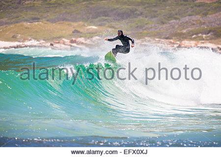 Surfer reiten Kamm große Welle - Stockfoto