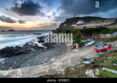 Dämmerung legt sich über des Priesters Cove am Cape Cornwall in der Nähe von Lands End - Stockfoto