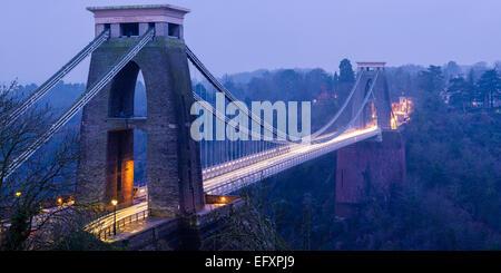 Die Hängebrücke Clifton in kühles Licht mit den Lichtstreifen von Autos über die Länge der Brücke gemacht. - Stockfoto