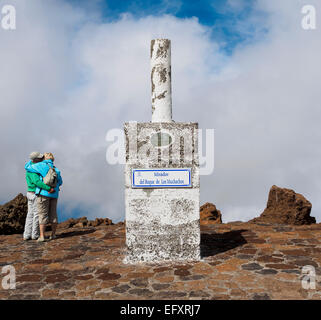 Touristen besuchen die Aussichtspunkt Mirador del Roque de Los Muchachos auf dem höchsten Berg auf der Kanareninsel - Stockfoto