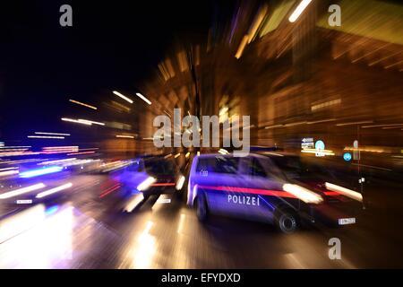 Polizei-Auto in Aktion, Demonstration gegen PEGIDA am Opernring, Innere Stadt, Wien, Österreich - Stockfoto