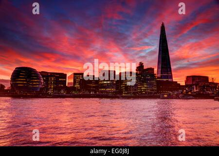 Sonnenuntergang über der Shard und der Skyline der Stadt, London, England, Großbritannien Stockfoto