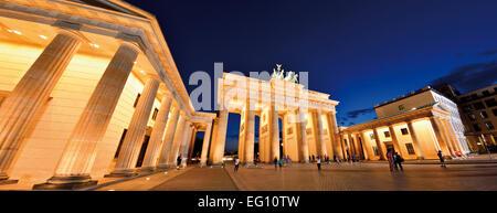 Deutschland, Berlin: Panoramablick auf die nächtliche beleuchtet Brandenburger Tor - Stockfoto
