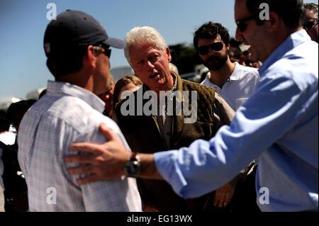 Ehemaliger US-Präsident Bill Clinton und seine Tochter, Chelsea, besuchen Sie Port au Prince, Haiti, 18. Januar - Stockfoto