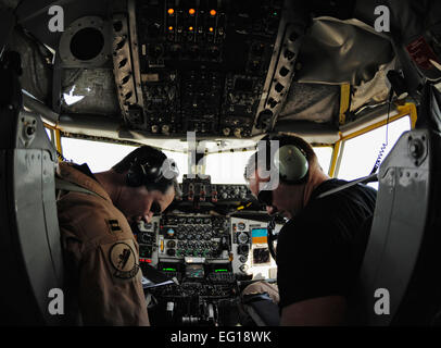 US Air Force Captain Justin Lafrance, 340. Expeditionary Air Refueling Squadron und 1st Lt. Alex Williams durchführen - Stockfoto