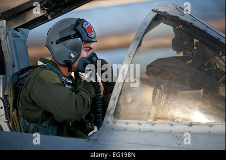 US Air Force Captain John Meyers 74. Kämpfer-Geschwader von Moody Air Force Base, Georgia, führt Vorflugkontrollen - Stockfoto