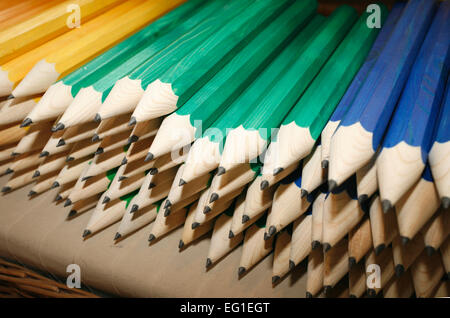 Verschiedene Buntstifte in Reihe als eine Kreativität hautnah - Stockfoto