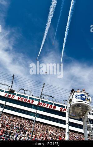 Der US-Air Force Air Demonstration Squadron, die Thunderbirds, fliegen über dem Las Vegas Motor Speedway während - Stockfoto