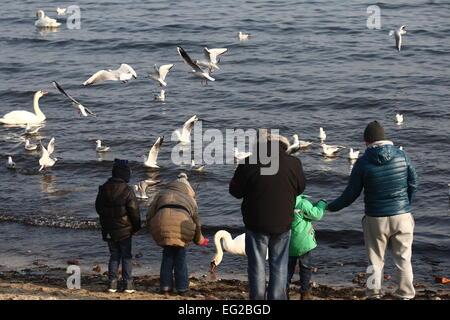 Gdynia, Polen. 14. Februar 2015. Menschen genießen das sonnige und warme Wetter zu Fuß entlang der Ostseeküste und - Stockfoto