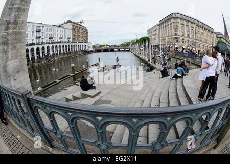 Junge Menschen entspannen und Spaß am Ufer der Kleinen Alster, Hamburg, Deutschland, Europa - Stockfoto