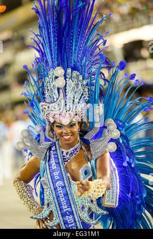 Rio De Janeiro, Brasilien. 14. Februar 2015. Fasching Prinzessin beteiligt sich an der jährliche Karnevalsumzug am Sambadrome in Rio De Janeiro, Brasilien, 14. Februar 2015. Bildnachweis: Xu Zijian/Xinhua/Alamy Live-Nachrichten