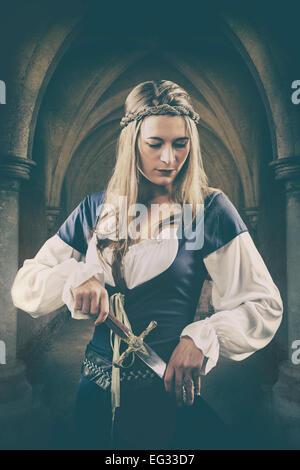 Mittelalterliche Frau mit einem Dolch