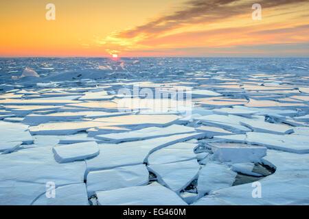 Morgendämmerung über zugefrorenen Peipussee Blatt Eisformationen verursacht durch starken Wind. Ostestland Dezember - Stockfoto