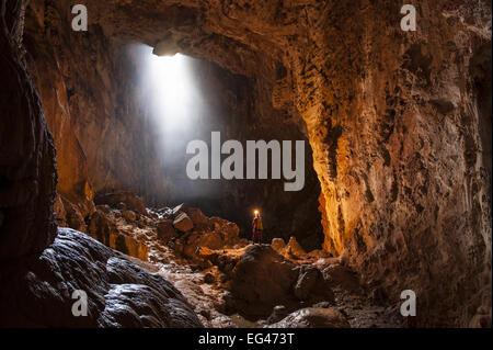 Zukunftsproblematiken erforschen die Graller del Boixaguer Höhle Montsec Berge Pyrenäen Katalonien Spanien Mai 2012. - Stockfoto
