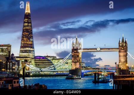 Die Tower Bridge und The Shard betrachtet aus dem nördlichen Ufer der Themse in der Nacht. London, UK