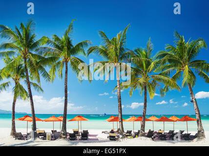 weiße Lounge-Bar liegen und Sonnenschirme auf der tropischen Insel Boracay Philippinen - Stockfoto