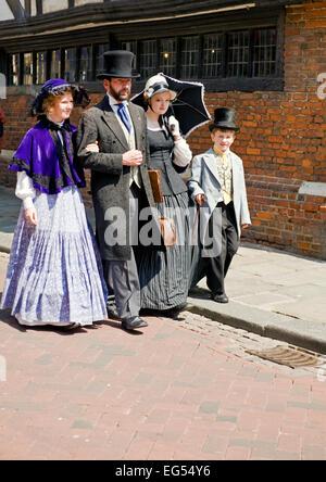Familie im viktorianischen Kleid Rochester Dickens festival Stockfoto