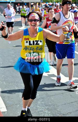 weibliche Liebe Läufer an den London-Marathon teilnehmen - Stockfoto