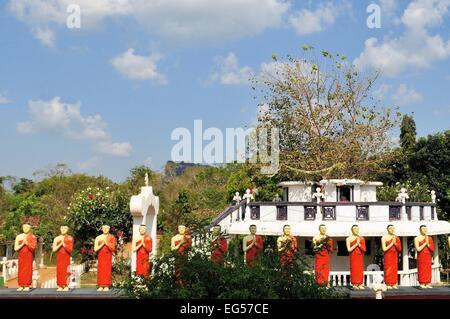 Jünger des Buddha-Statuen im Kimbissa-Tempel in der Nähe von Sigiriya Rock Fortress, Sri Lanka - Stockfoto