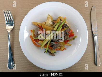 Gericht aus Schweinefleisch und Gemüse in Restaurant in Las Palmas de Gran Canaria, Kanarische Inseln - Stockfoto